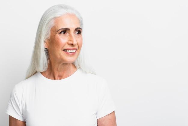 Mujer bastante mayor que mira lejos