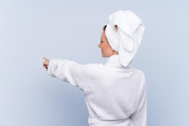 Mujer con bata de baño y toalla en el pelo