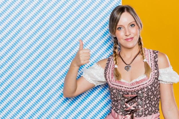 Mujer bávara en traje tradicional