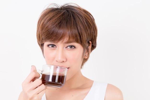 Mujer de beautifulyoung asia con una taza de café caliente.