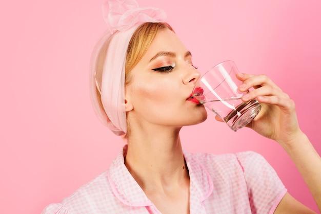 Mujer bebe agua por la mañana, estilo de vida saludable, dieta, concepto de agua potable.
