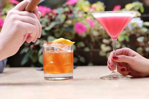 Mujer con una bebida