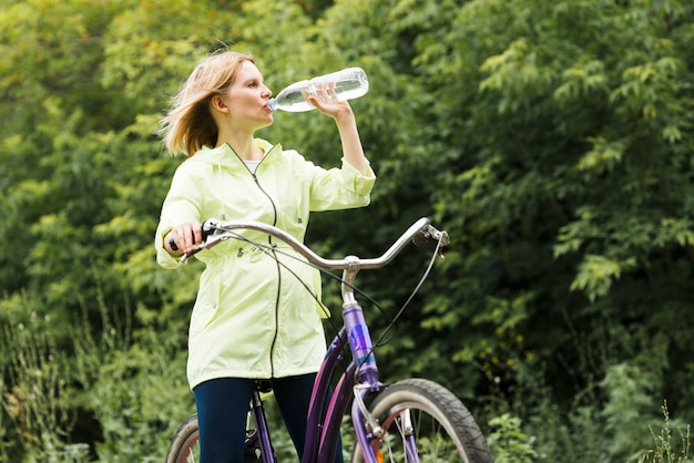 Mujer bebiendo agua en bicicleta