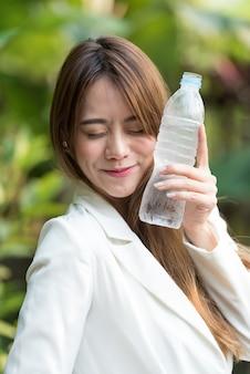 Mujer bebiendo agua dulce.