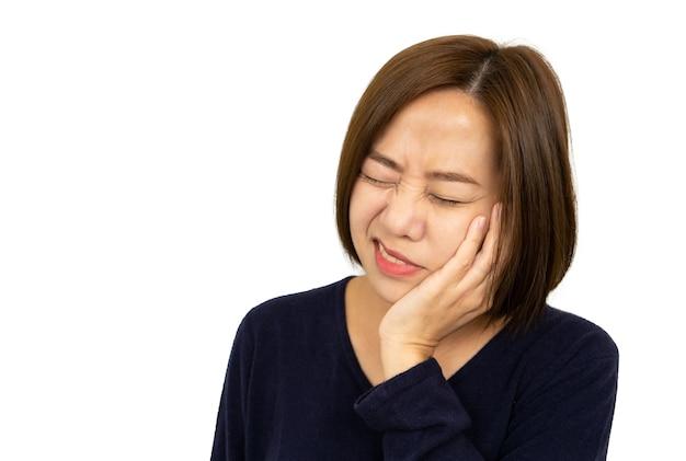 Mujer bebiendo bebida fría y siente dolor, concepto de dientes sensibles