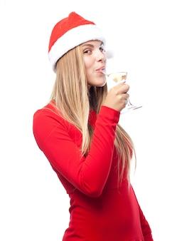 Mujer bebiendo con el sombrero de papa noel