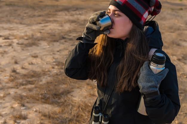 Mujer bebiendo té caliente.