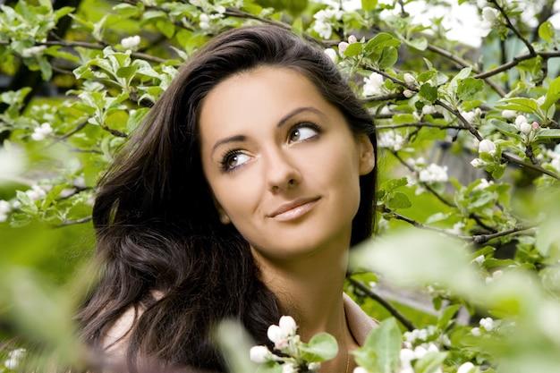 Mujer bella y atractiva en el parque