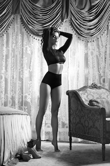 Mujer bella y sexy en los apartamentos de lujo.