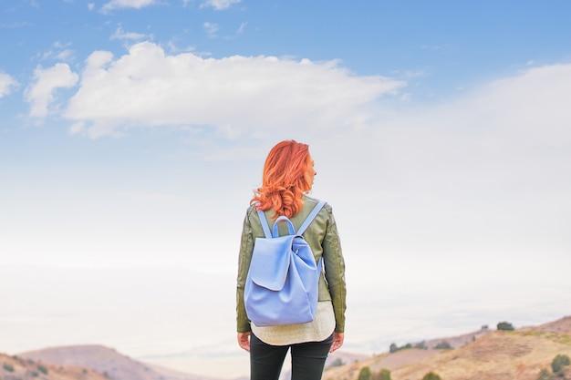 Mujer de belleza al aire libre disfrutando de la naturaleza. mujer libre disfrutando de la naturaleza. chica de belleza al aire libre.