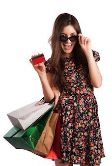 Mujer de belleza con bolsas de compras