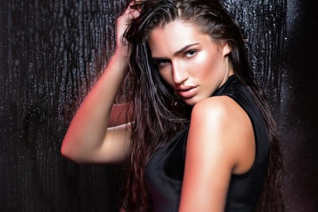 Mujer de belleza con cabello mojado y maquillaje natural