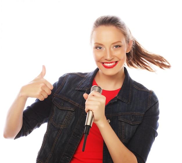 Mujer de belleza con camiseta roja con micrófono