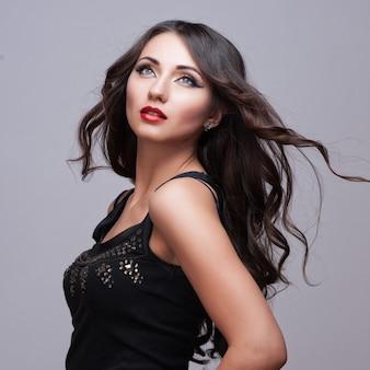 Mujer de belleza con maquillaje perfecto.