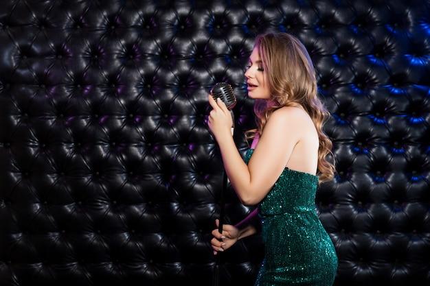 Mujer de belleza con micrófono retro