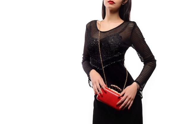 Mujer de belleza de moda con una bolsa roja