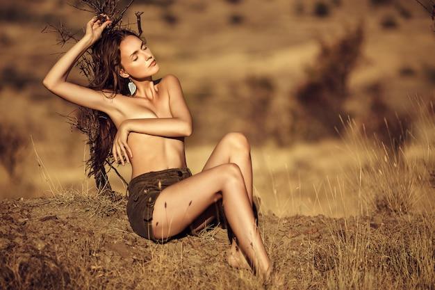 Mujer de belleza en la naturaleza