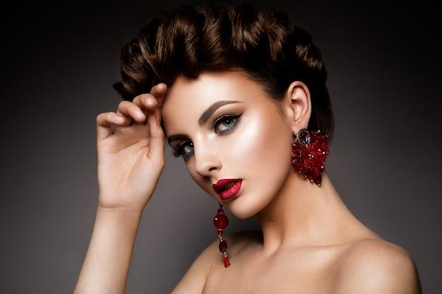 Mujer de belleza con ojos azules y labios rojos.