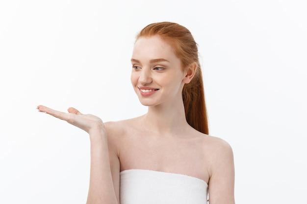 Mujer de belleza piel y spa envuelta en toalla