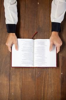 Mujer con una biblia