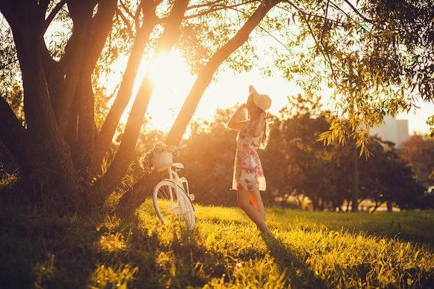 Mujer con bicicleta al aire libre