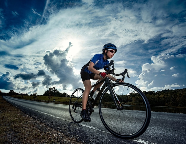 Mujer en bicicleta de carretera ejercicio al aire libre