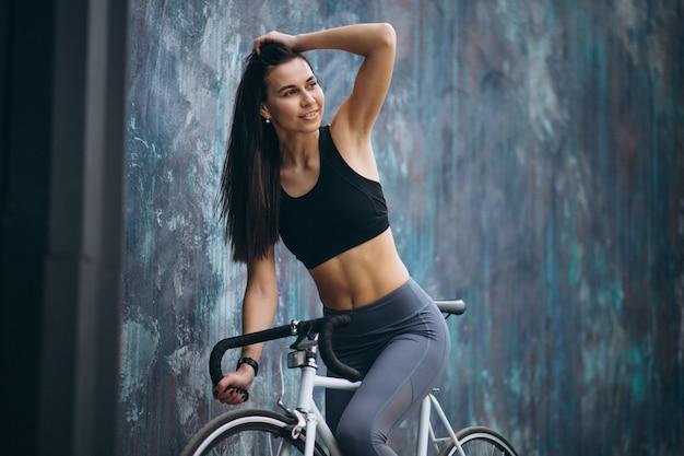 Mujer en bicicleta en la ciudad