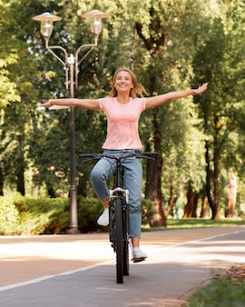 Mujer en bicicleta sin sujetarla