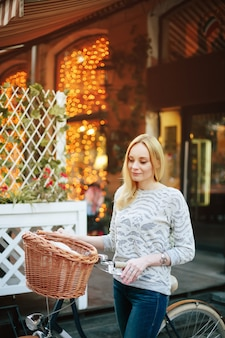Mujer en una bicicleta vintage en la calle