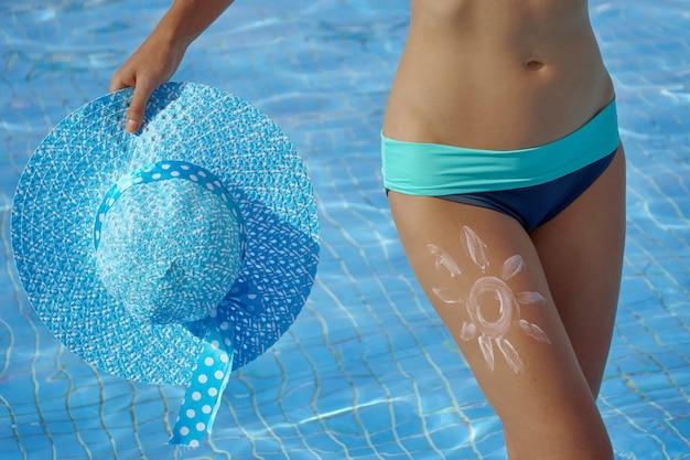 Mujer en bikini dentro de la piscina