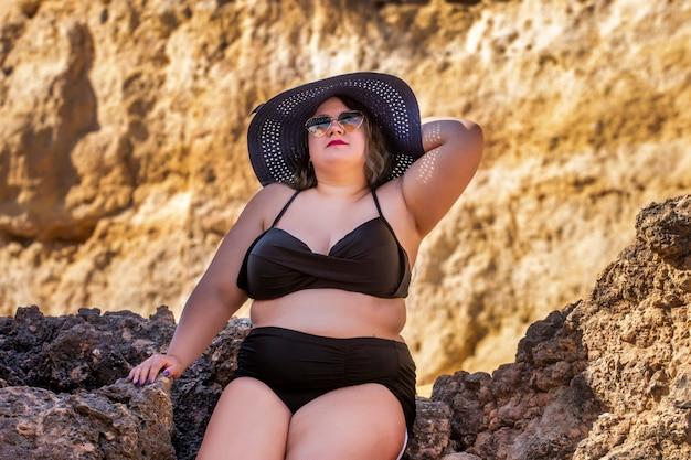 Mujer con bikini negro