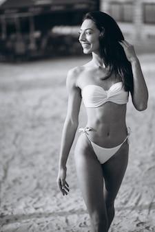 Mujer en bikini en unas vacaciones