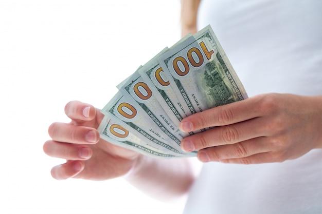 Mujer con billetes de dólares americanos. conteo y distribución de dinero.