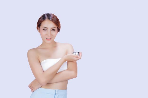Mujer blanca hermosa que muestra diversos gestos con un blanco.