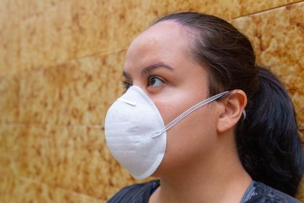 Mujer blanca con máscara en la cara para protegerse del coronavirus.