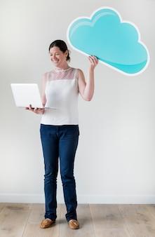 Mujer blanca que usa la red de la nube de la computadora