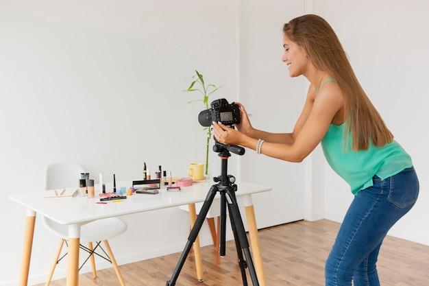 Mujer blogger configurando la cámara