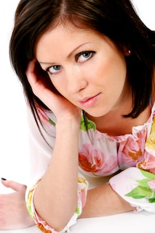 Mujer en blusa floral estilo primavera