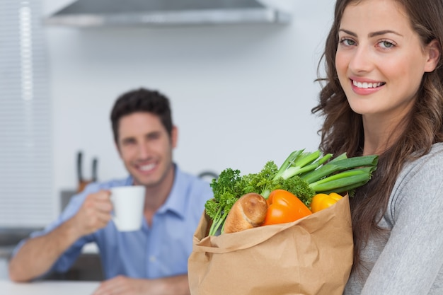 Mujer con bolsa de comestibles