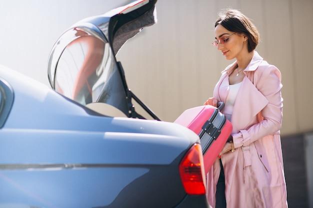 Mujer con bolsa de viaje