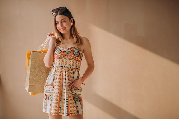 Mujer, con, bolsas de compras, aislado