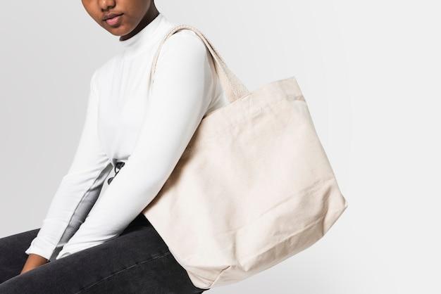Mujer con bolso de mano blanco
