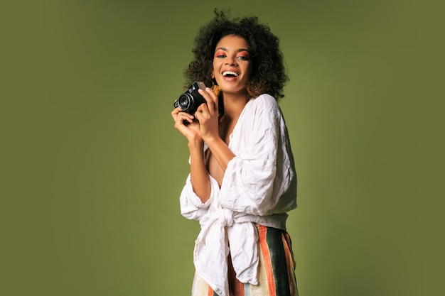 Mujer bonita africana con peinado afro posando
