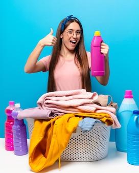 Mujer bonita ama de casa lavando ropa
