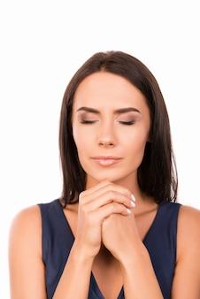 Mujer bonita asustada esperando un momento especial y rezando