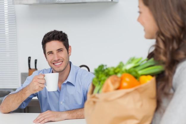 Mujer bonita con bolsa de comestibles