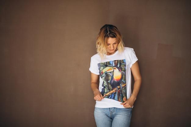 Mujer bonita con camiseta