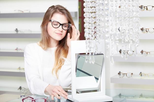Mujer bonita comprar nuevas gafas