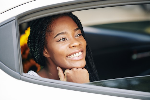 Mujer bonita disfrutando de paseo en coche