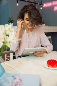 Mujer bonita feliz escuchando música con auriculares